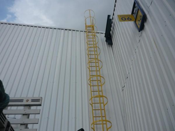 Escada marinheiro com linha de vida